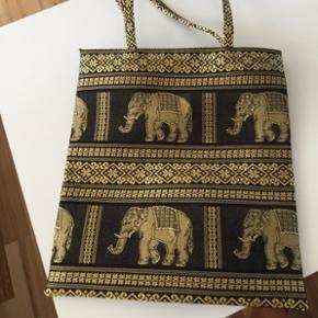 Taske H:34 L:31 B:1 cm, aldrig brugt, den er speciel, da der kun er en af hver farve i DK. Nypris var 350 kr Sælges for 250 kr incl porto med dao