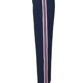 Super fede crop pants fra Samsøe i navy og med lyserøde striber i siden.  Brugt ganske få gange. Nypris 800,-