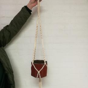Ophæng til stueplanter.   Ophænget er lavet af økologisk bomulds-knyttegarn.  Potte medfølger ikke.