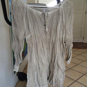 """FREE Quent """"krøl""""-bluse. Str. XL. Kan sendes mod betaling af porto kr. 40,00 med DAO."""