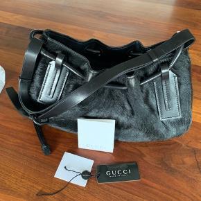 Lækker Gucci taske i skind med pony hår/pels  Sort   Fin stand dog med lidt patina/slid (Skriv for billeder)   Mål: 32 cm bred 18 cm høj