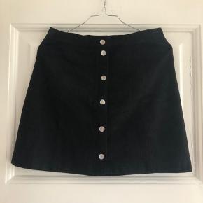 'Ruskinds-nederdel'. Knapperne har ridser.