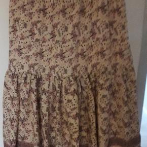 Meget blød og behagelig nederdel med et bredt elastik i taljen.  Nederdelen har kun været brugt 1 gang.