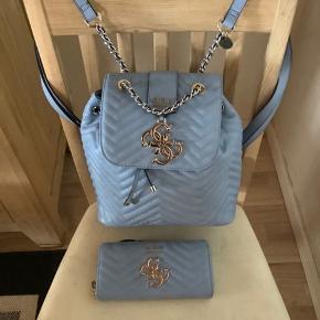 Sælger min Guess pung som er i en elegant og diskret lys blå og som kun er brugt ganske få gange. Købt i Tyskland for 59,95 euro Jeg har rygsæk tasken i samme farve og model på anden annonce