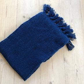 Halstørklæde, Svigermors hjemmestrik, str. 130 x 23 cm, Blå, 40% Uld Superwash, 40 % Nylon, 20% Acryl, Ubrugt  Er du til hjemmestrik, der er fremkommet ved klassisk godt håndarbejde? ..  Halstørklæde til de kolde tider. I en rar blå farve.  Din kollega, chef, veninde or what ever har ganske sikkert ikke et magen til.  Størrelse: Ca 130 x 23 cm Materiale: 40% Uld superwash, 40% Acryl, 20% Nylon  Nystrikket og naturligvis ubrugt.  Pris: 100 kr (+ evt porto)  Prisen er ikke til forhandling af respekt for svigermors arbejde.