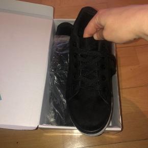 Sælger disse sko, som aldrig er brugt. De er en str 38 og har glimmer på siden.  Min pris 80 kroner. Plus Porto medmindre du henter selv.