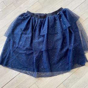 Rigtig fin nederdel med små pailletter.  Ikke brugt ret mange gange.  Mindstepris kr 75+