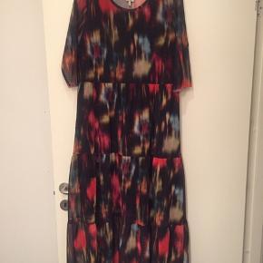 Smuk kjole fra Baum Und Pferdgarten i mesh kvalitet og 100% recycle polyester, brugt 1 gang. Armhule til armhule 51cm, lang er den 126cm