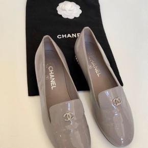 Overvejer at sælge mine Chanel loafers i grå lak.  Næsten som nye - kun haft dem på gå gange - men desværre har de fået en lille ridse på perlerne på hælen.  Det er ikke noget man ser, når de er på.  Kom med et bud :)