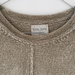 Varetype: Sweater Størrelse: 2 Farve: Sand  Helt vildt blød. 78% viscose 22%nylon  Sender med DAO.