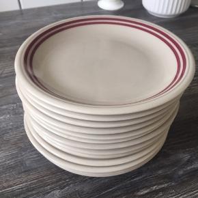 TILBUD 150 (førpris 200)  Samlet pris for 13 stk. små frokosttallerkner.  Porcelæn tallerkner fra CP made in GDR. Perfekte kagetallerkener til fødselsdagen 🇩🇰 (Ø:17,5).