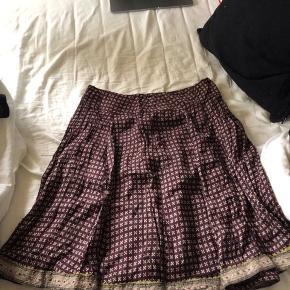 Rigtig sød nederdel fra Noa Noa med super søde detaljer, især nede ved kanten. Nederdelen har en lynlås bagpå🌸
