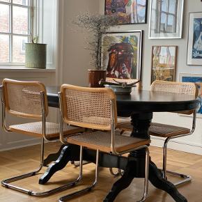 Oval bord fra Frankrig med udtræk  Bordet er i mahogni og er blevet malet over med en lak sort farve. Bordet har ingen dybe ridser eller slidtage, men overfladiske ridser i bordpladen. Dette kan ikke undgås med et malet bord.   Udtrækningspladen ligger under bordet og måler 45 cm.