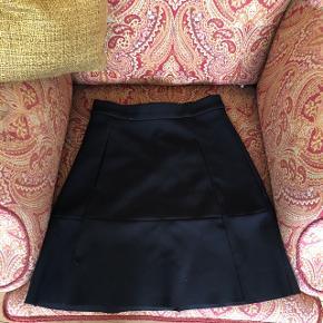 """Rigtig fin sort nederdel . Høj i taljen , går til lige over knæet .  Den er i sådan en form for tynd """"dykkerdragt"""" stof .  Passer den ikke længere så derfor ingen billeder af den på ☺️  *byd*"""