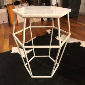 Marmorbord, Bolia, Modellen Hex.  Smukt sidebord fra Bolia med hvidt stel og hvid marmorplade. Modellen hedder Hex og er udgået.  Nypris var 2.099kr  Sidste billede er bord af samme model, men med anden bordplade.
