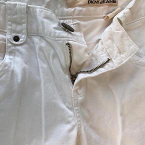 Varetype: Knickers Størrelse: XS/S Farve: Hvid  Pæne hvide bukser sælges. Jeg kan kontaktes på 42422704. Bor lige ved Nordhavn st. Kom gerne og prøv. Ellers Sender jeg selfølgelig  gerne ved forudbetaling + køber betaler Porto.