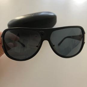 Prada solbriller med original etui. Brilleglasset er godt ridset til, derfor den lave pris