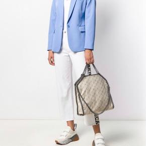 Fejlkøb, denne helt nye taske sælges med mærker, dustbag og kvittering.  Den er overhovedet ikke taget i brug.   Jeg vil gerne have 3000kr for den.  Har selv købt den lidt billigere på et særligt tilbud, men får den simpelthen ikke brugt.  Den er stadig meget billig.