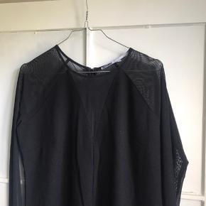 Sort kjole med halv gennemsigtig overdel.   Jeg sender gerne - køber betaler fragt 📦 Bytter ikke.