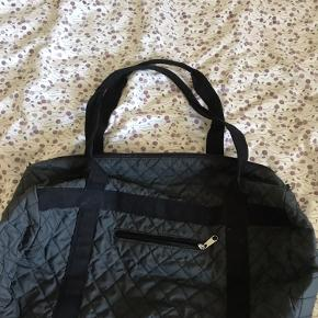 Weekday taske - god størrelse som skoletaske eller weekendtaske. Skriv! :)