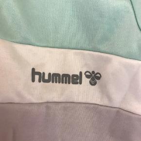 Vintage Hummel jogging sæt produceret i Danmark!  Fra 80'ern, bred ymer 🤙🏻  Virkelig god stand, har dog en enkelt lille fejl på brystet, se billede nr. 3 Str. Small-Medium  Skriv evt for mål.   Kig forbi, giver mængderabat.   Tøj og sko til både til herre & damer!  Tags: Ralph Lauren, Tommy Hilfiger, Hugo Boss, Nike, Adidas, The North Face, WOOD WOOD, Levi's, GABBA, Giorgio Armani, ACNE, LACOSTE, Carhartt, Hard Rock Café, Diesel, Converse, Ed Hardy, BURBERRY, Lindbergh, mm.!  #trendsalesfund