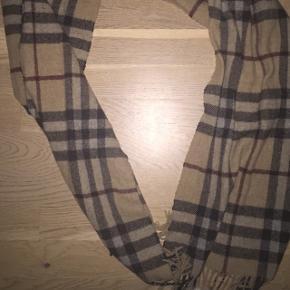 Lækkert Burberry halstørklæde i lambswool