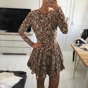Mønstret kjole fra H&M i str. XS. Kun brugt en enkelt gang. Sælges for 65 kr. Kan afhentes i Kbh K.
