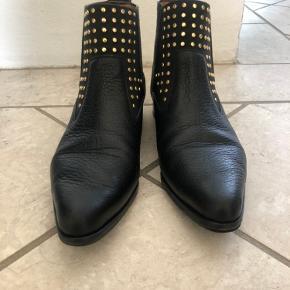 Smukkeste Chloe støvler med guldnitter. Kun brugt få gange. Er lidt store i str.