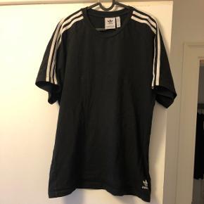 Adidas t-shirt i fin stand sælges. Brugt meget lidt. Kom med bud