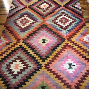 Vintage kelim. Mål: 200 x 340 cm. Stort, unikt, håndvævet, anatolsk nomade-kelim i uld. Et meget smukt og velholdt tæppe.