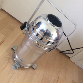 Cool teater-lampe som kan bruges i hjemmet. Fra Nørrebros Teater.   Ledning er ny, betrukket med stof. Pære medfølger.