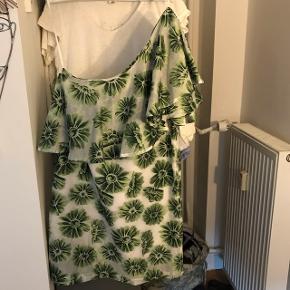 Grøn-blomstret one shoulder RESUME kjole sælges til god pris.