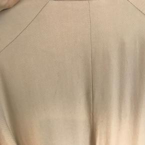 Der er nogle misfarvninger på ryggen men ikke tydelige. Ses også på billede nummer 2.