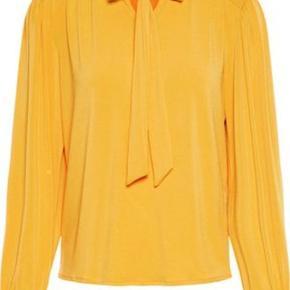 Super flot og moderigtig gul farve* Nypris 259 kr. Aldrig brugt- købt for stor.