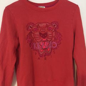 Smuk, rød Kenzo bluse i str 16 år. Har selv som kunnet bruge den, og bruger str XS. Nypris 1299,-