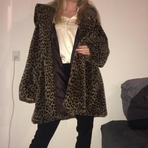 Modig, men stilsikker jakke med lækker leopardprint.Den er købt i en vintagebutik, og mærket er ukendt.  Jakke er utrolig varm og blød, og enorm rar at have på. Mærket er str. 42, men jeg har selv (str. Xs) brugt den som oversize, hvilket jeg også synes fungerede godt!  BYD endelig!