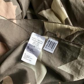 Stort tørklæde fra Saint Tropez Størrelse: 130 cm x 220 cm Farve: Som foto Oprindelig købspris: 300 kr. 100 % bomuld. Aldrig brugt. Sender gerne på købers regning : DAO 39,-