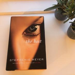 """""""The Host"""" af Stephanie Meyer. Bogen er aldrig læst og samler desværre bare støv 📚🤓"""