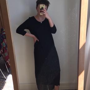 Sort kjole fra COS med gennemsigtigt stykke for nede. Den har været brugt få gange og er i god stand. Størrelse M. Jeg er en størrelse S.