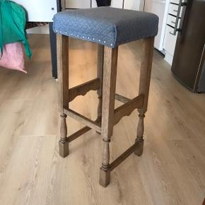 3 barstole magen til hinanden sælges.  På billede 2 ses at en af siderne på 1 af stolene har fået en sjov hvid nuance. Ellers fejler de intet og er blevet ombetrukket og fået nyt skum i 2017.  35 kr pr stk, 95 for alle 3 samlet