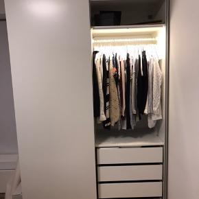 Ikea skab med skuffer, hylder og bøjlestænger,  Sammensat af 2x75cm cabinet - i alt 1,5 m bredt ca. 2,36m højt  Alt inkl.  I den anden del er der en ekstra udtræks hylde.  Skal selv afhente og skille det ad.   Hvis man ønsker anden indretning fås skabet stadig i Ikea og man kan selv købe andre indretnings dele til det