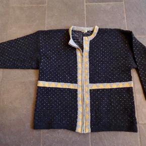 Brand: Green Heart Varetype: Cardigan - 100 % shetland uld Størrelse: XXL + flere Farve: Flere Oprindelig købspris: 1350 kr. Super lækker cardigan i 100 % shetland uld. Lynlås foran. Fint mønster i koksgrå, lysegrå og gul. Brystmål tværs over ved ærmernes underkant : 68 cm. Mål taget uden at strække i strikken. Jeg er str. M og har brugt den som oversize, så kan passe mange størrelser afhængig af hvor tæt man ønsker den skal sidde.  Kan sende med DAO for købers regning for 39,-