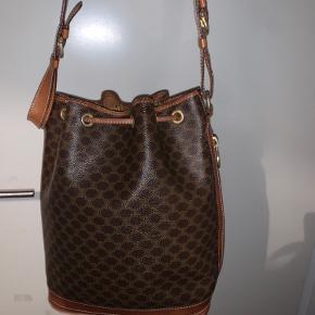 Celine taske købt på luxurybyho, den er brugt meget lidt siden. Den har meget tegn på slid på de der strenge men kan laves hos en skrædder. Jeg sender ikke men kan mødes eller afhentes i Kbh området. Spørg efter flere billeder.