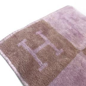 Fin brugt stand, er lidt nusset, kan med fordel renses.  Mål: 32x32cm  Skriv endelig ang. mere info.  No. 1075