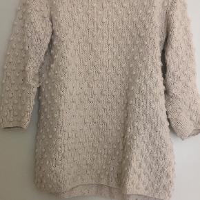 Rigtig blød og lækker GANNI bomber-sweater. Let fnuldret, men det kan fjernes. Farven er råhvid/lys beige. Passer en størrelse M-L (eller mere oversize for en str S)