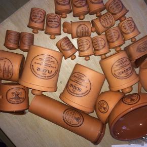 Jeg sælger min super fine retro/vintage keramik stel fra Henry Watson's potteries (Terracotta Kitchenware Original Suffolk Collection).    Indeholder: - spaghetti holder - krukke til køkkenredskaber - hvidløgs krukke - smørbakke - kaffe + te krukke - en stor og en lille skål - mel + sukker krukke - vandkande - salt og peber bøsse - 12 krydderi krukker (basilikum, bagepulver, blandede krydderier, vanille, oregano, hvidløg, kanel, persille, timian, paprika, karry, muskatnød)  Det hele sælges helst samlet :) (værdi: over 2500kr)!!! Det er arvet og jeg sælger (desværre) pga. pladsmangel - pt er det lidt støvet, men rengøres selvfølgelig inden det sælges ;)  ❤️❤️❤️ BYD BYD BYD BYD ❤️❤️❤️