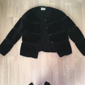 Faux fur neo noir i sort. Købt for stor, så den er prøve men aldrig brugt.