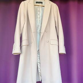 Har denne fine frakke fra Zara i baby pink. Kun prøvet på, men sælges da det ikke er den rette størrelse. Frakken er i 100% uld Nypris 800kr