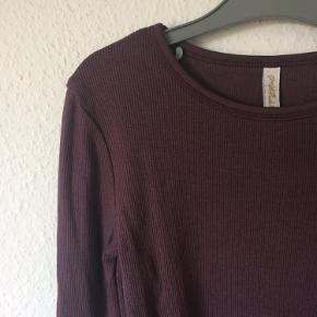 Pomp de Lux - basic rip bluse Str. 134 Næsten som ny Farve: blommefarvet Lavet af: 46% bomuld, 46% modal og 8% elasthan Køber betaler Porto!  >ER ÅBEN FOR BUD<  •Se også mine andre annoncer•  BYTTER IKKE!