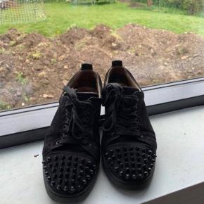 Sælger disse Loubs for min kæreste De er i str 40,5 men fitter 42,5  god stand  (Der mangler en spike på den ene af skoene) Byd